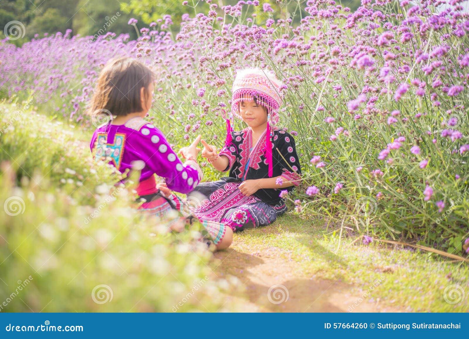 Wzgórza plemienia dzieci bawić się z przyjacielem z tradycyjnym odziewają