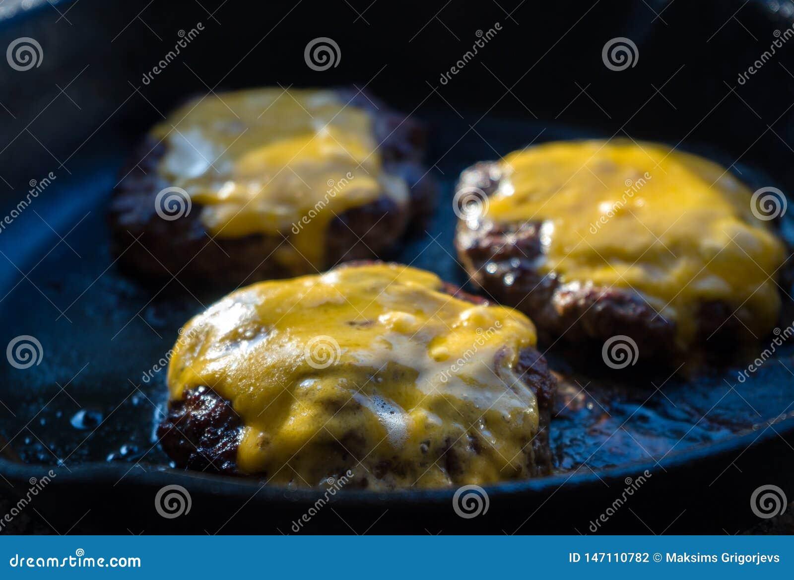 Wzmacnia hamburgery na smażyć nieckę z roztapiającym cheddaru serem
