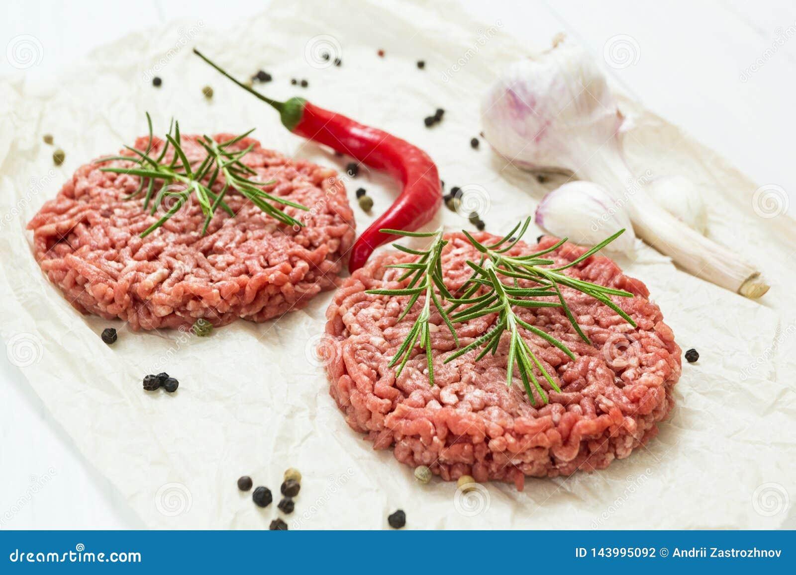 Wzmacnia surowych cutlets z pikantność dla fasta food na białym tle Uliczny jedzenie