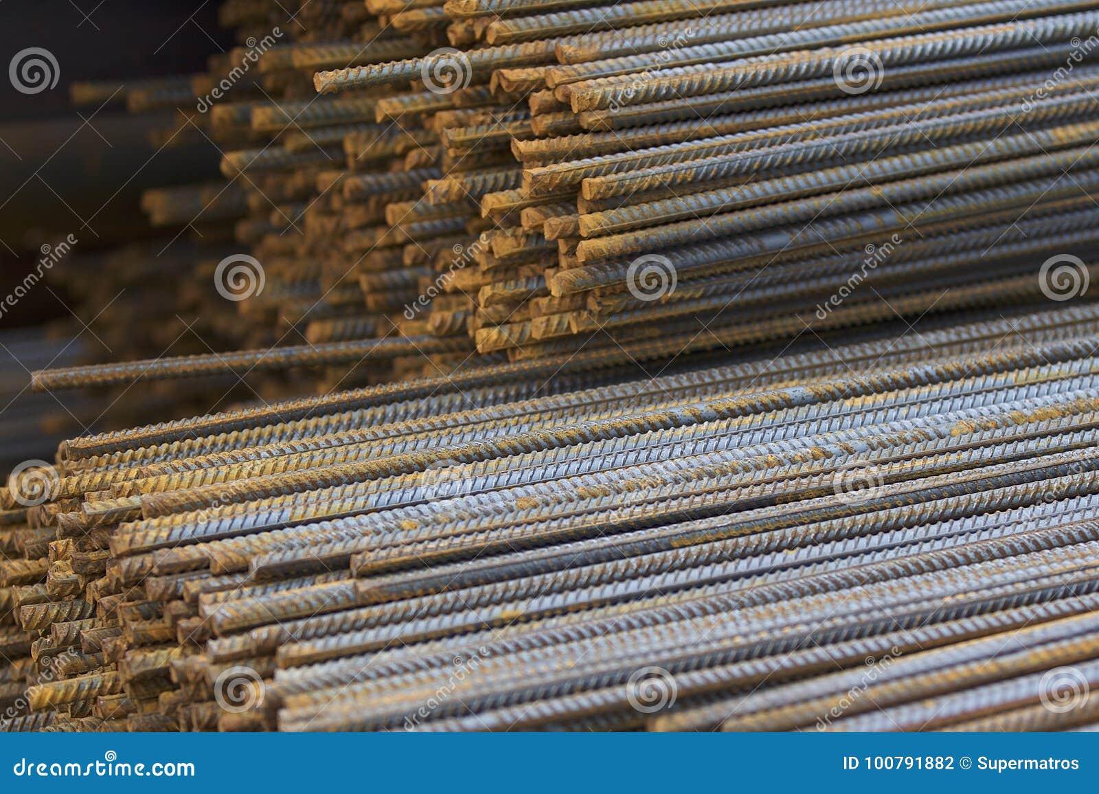 Wzmacniający bary z okresowym profilem w paczkach przechuje w metali produktów magazynie