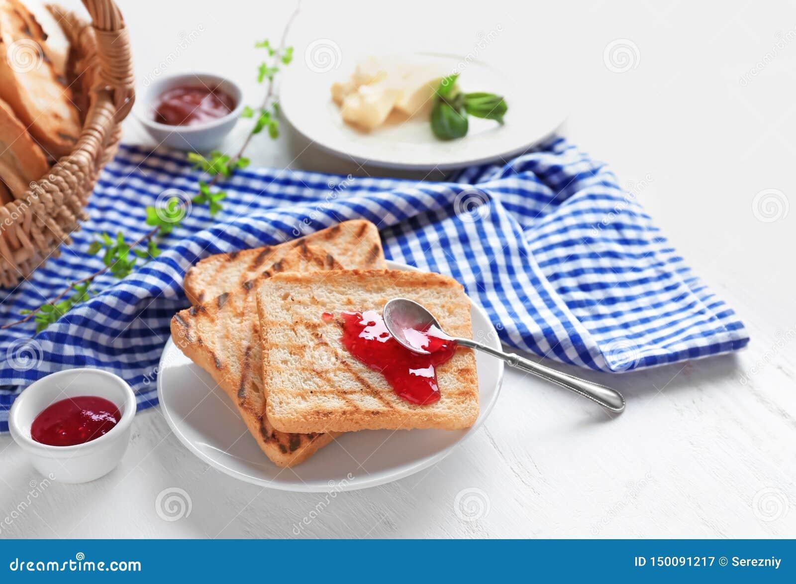 Wznoszący toast chleb z dżemem na talerzu