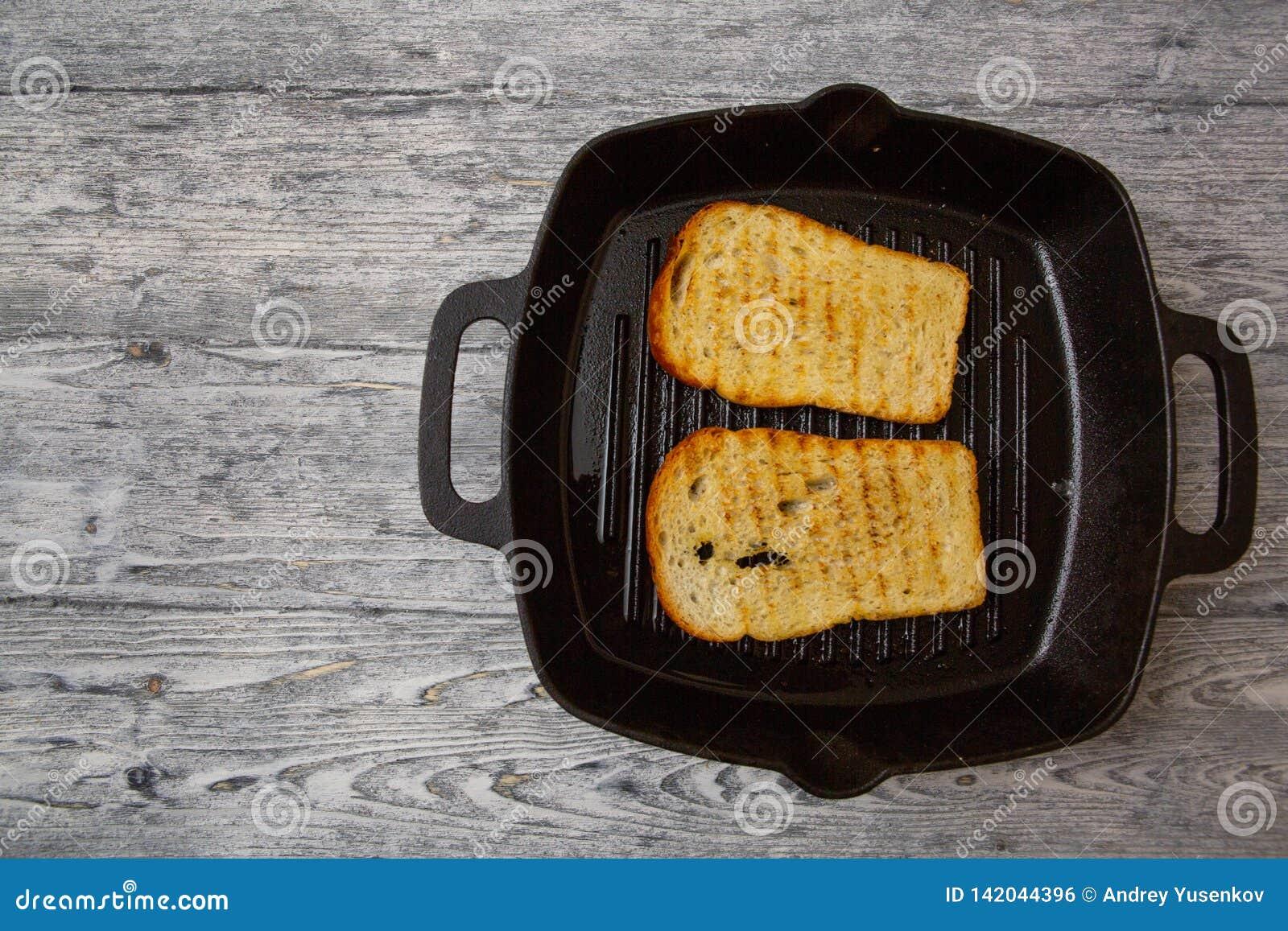 Wznosz?ca toast chlebowa grzanka na drewnianym tle