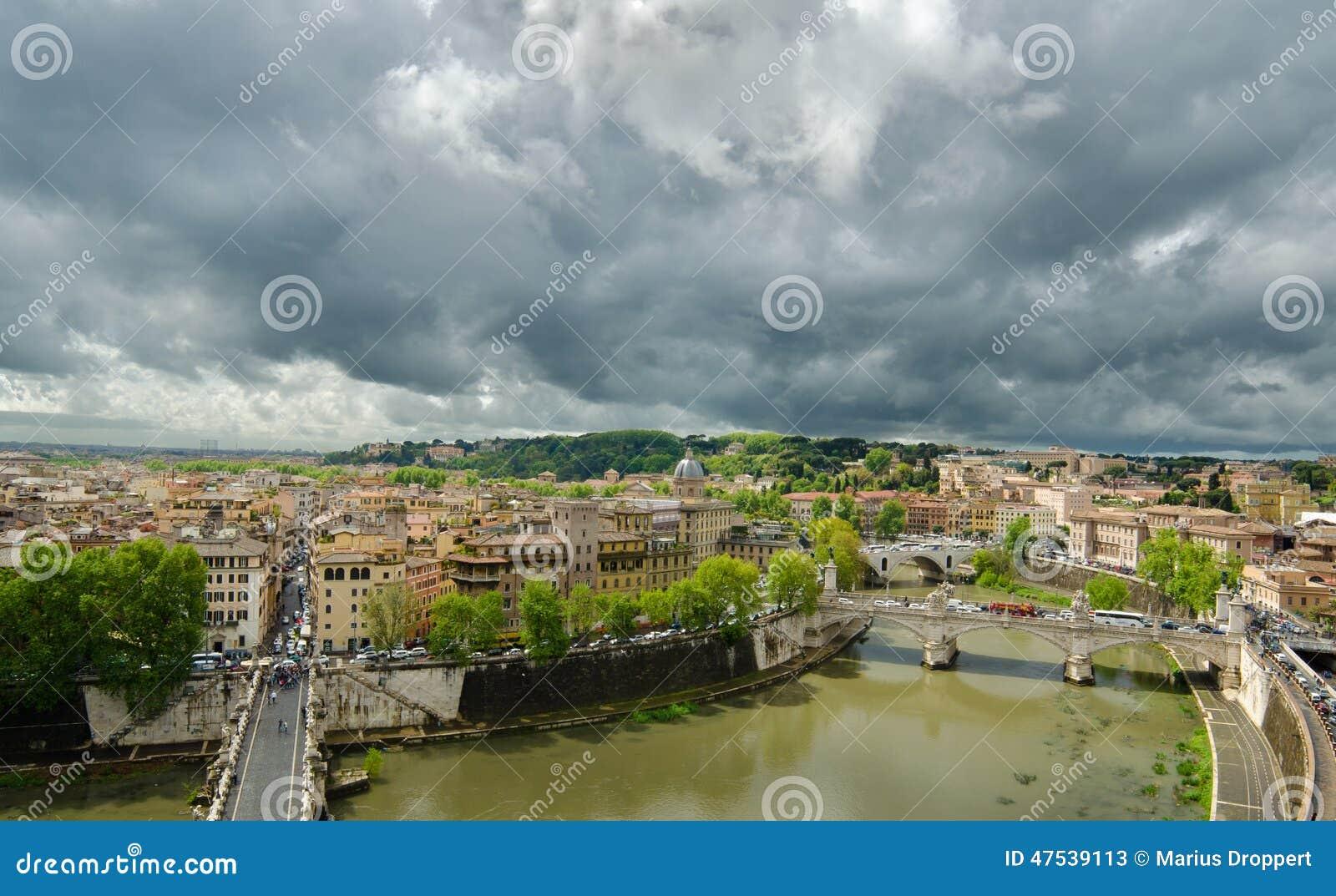 Wzrosta widok Rzym z mostem nad Rzecznym Tiber