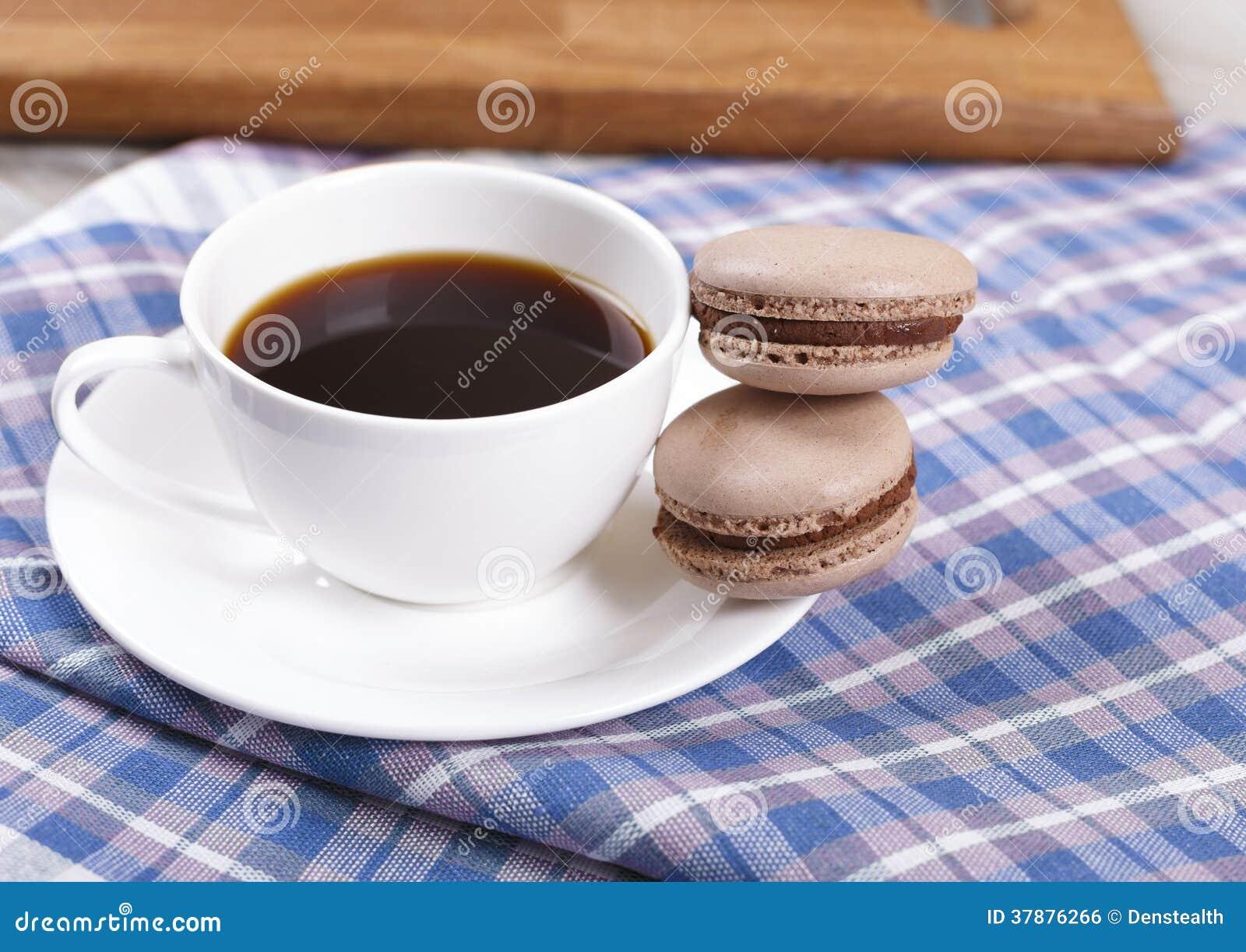 Xícara de café com bolinhos de amêndoa