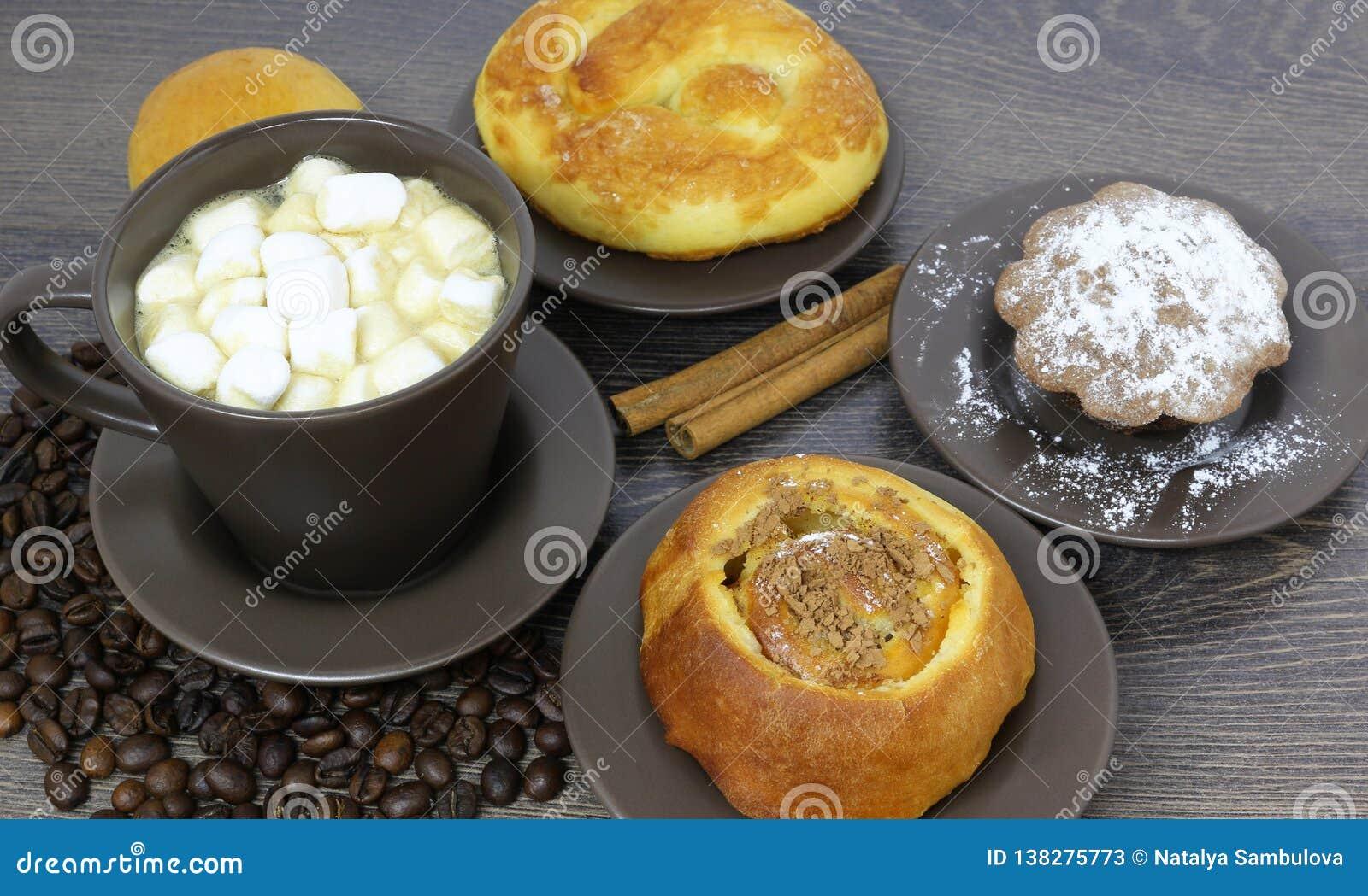 Xícara de café com feijões e marshmallow