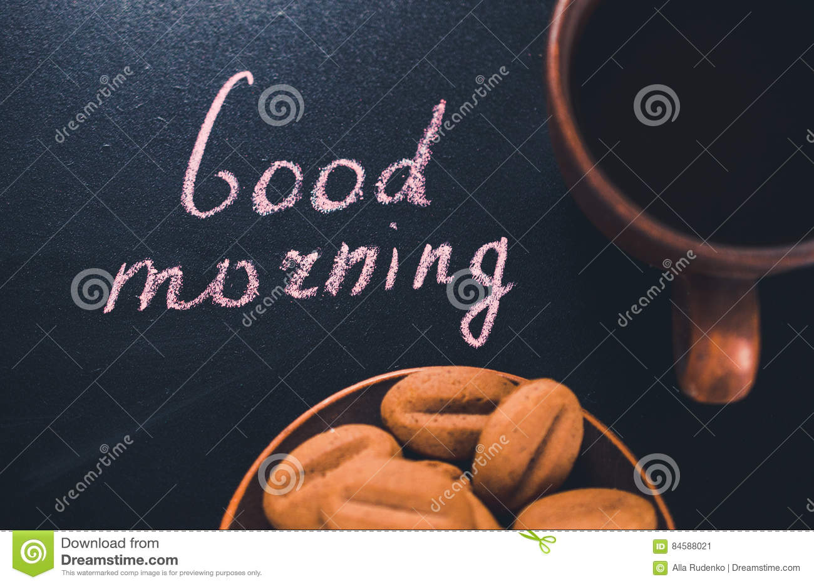 Xícara de café e cookie em um fundo escuro Bom dia da inscrição
