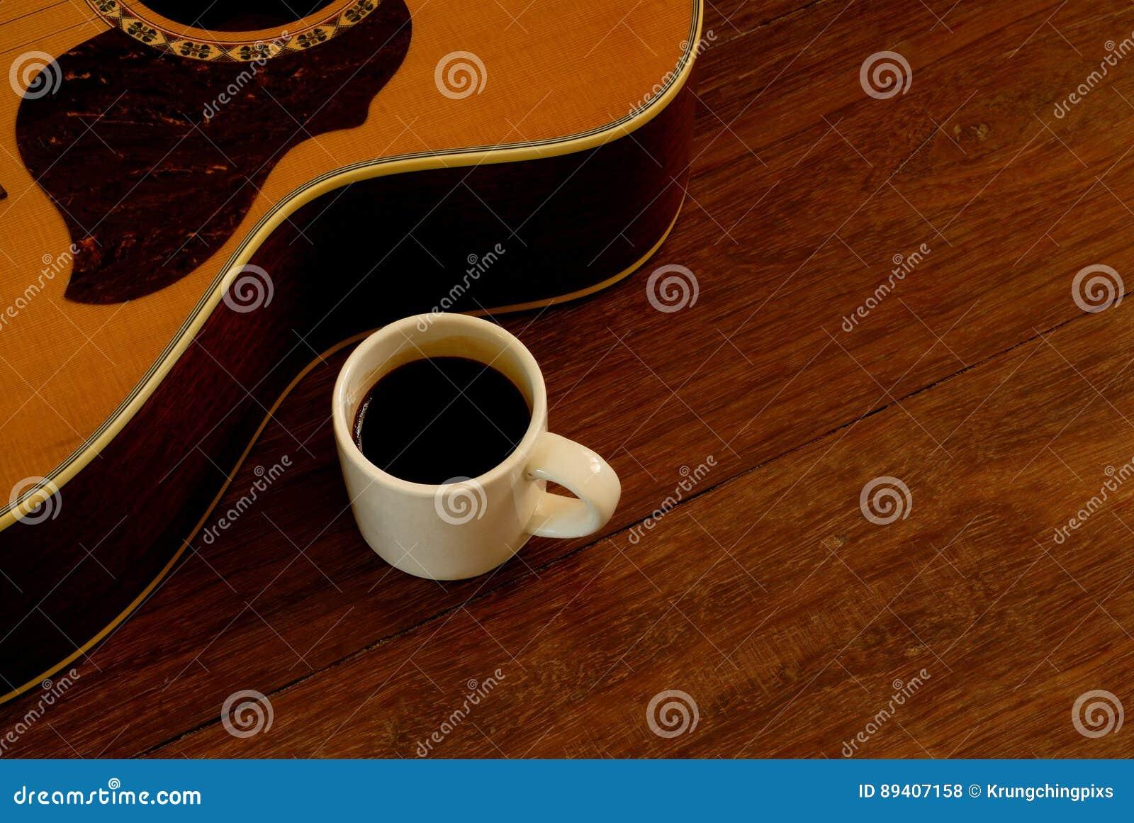Xícara de café e guitarra acústica