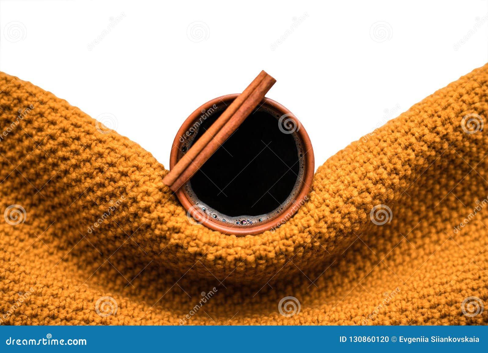 Xícara de café envolvida no lenço da mostarda