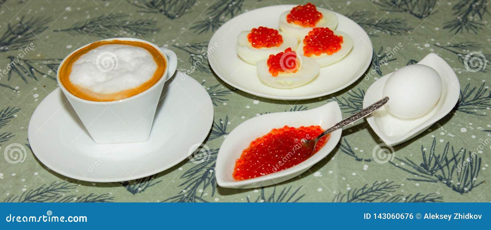 X?cara de caf? Ovo com caviar vermelho