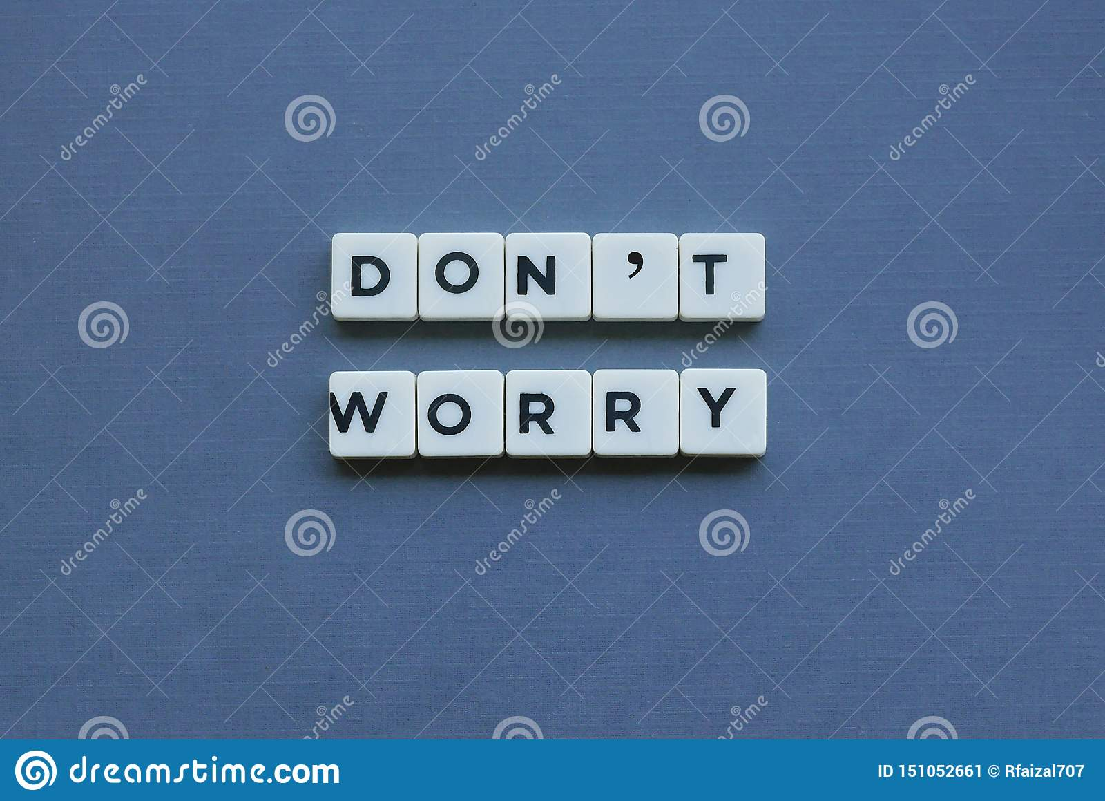 ' Don' preocupação ' de t; palavra feita da palavra quadrada da letra no fundo cinzento