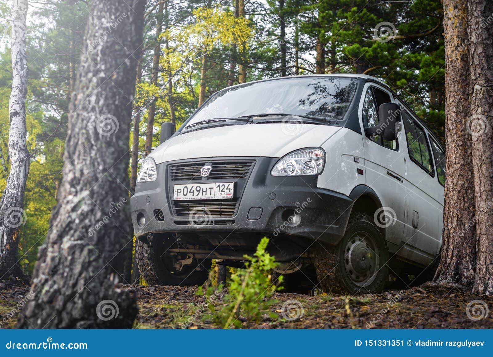4x4 GAZ SOBOL samochód parkujący na górze wzgórza w lesie