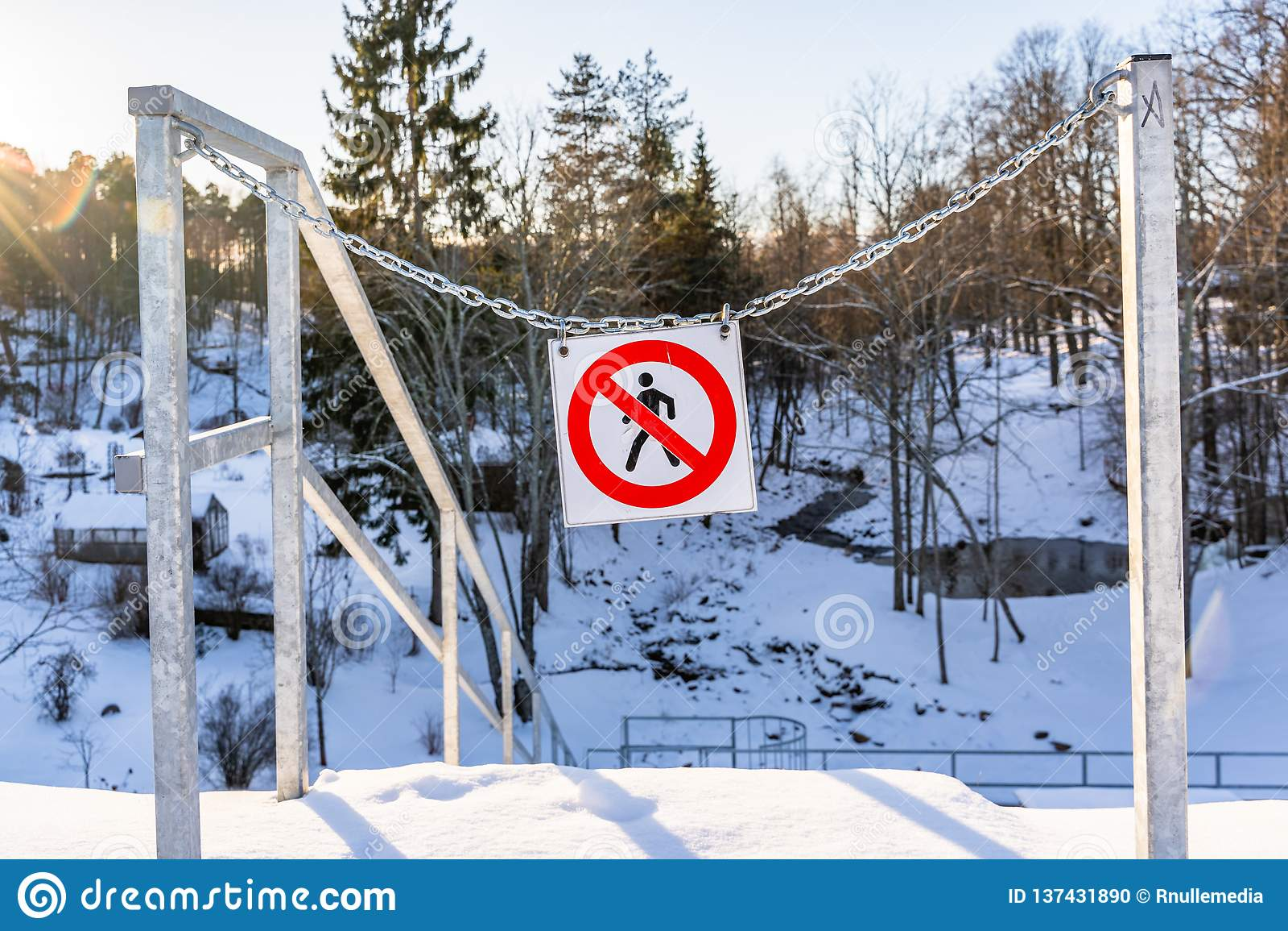 Ingen entry  ,   Gör inte enter  Underteckna parkerar in i metallkedjor på en Sunny Winter Day