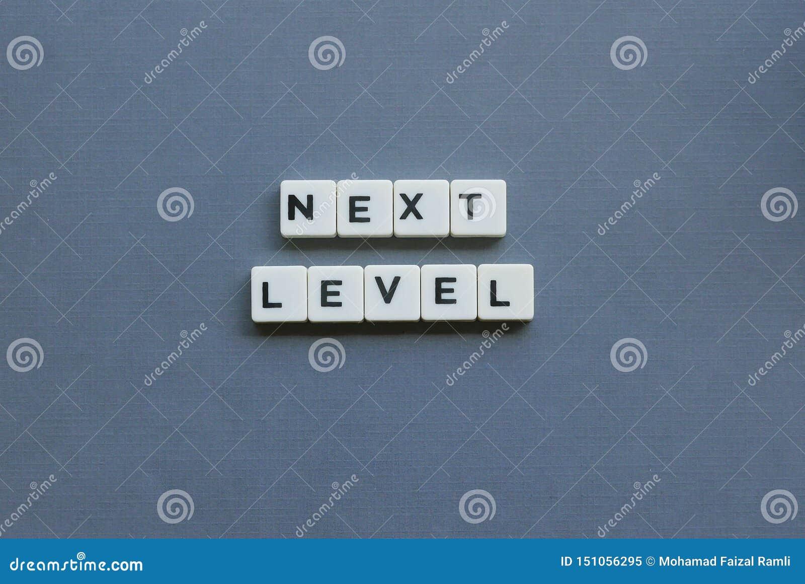 ' Livello seguente ' parola fatta della parola quadrata della lettera su fondo grigio