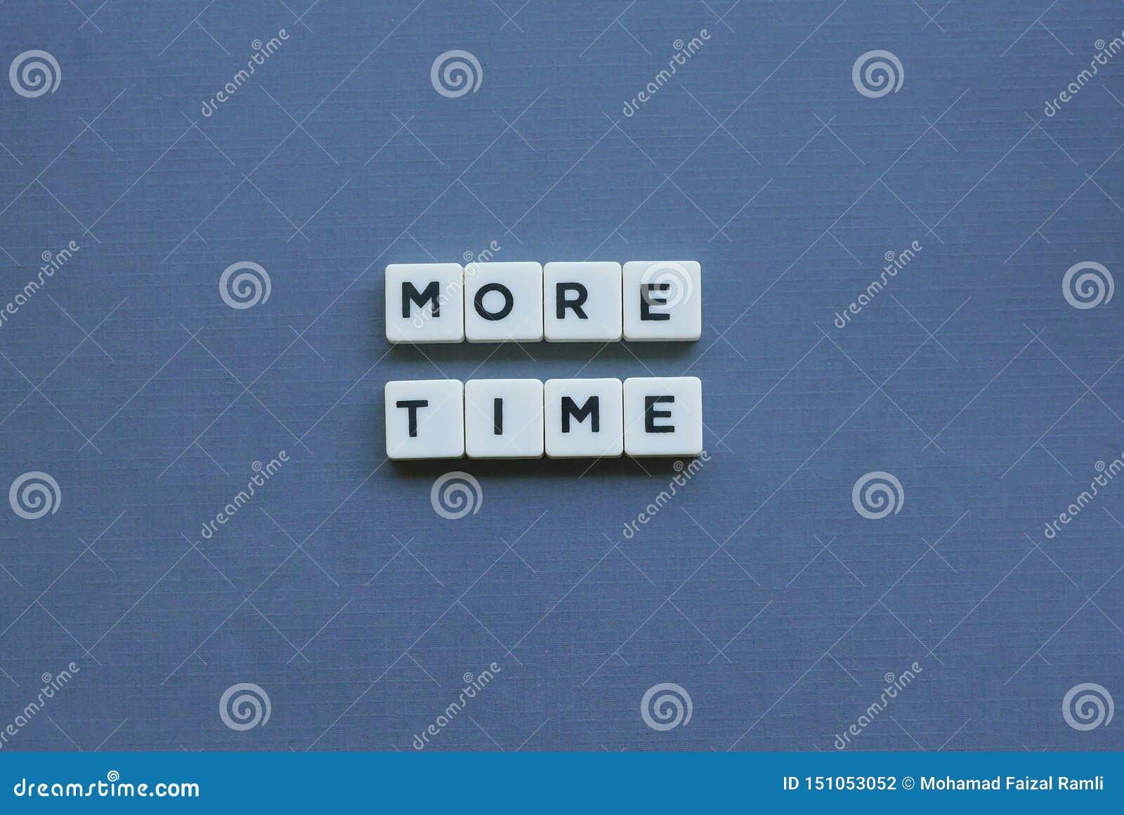 ' Mais tempo ' palavra feita da palavra quadrada da letra no fundo cinzento