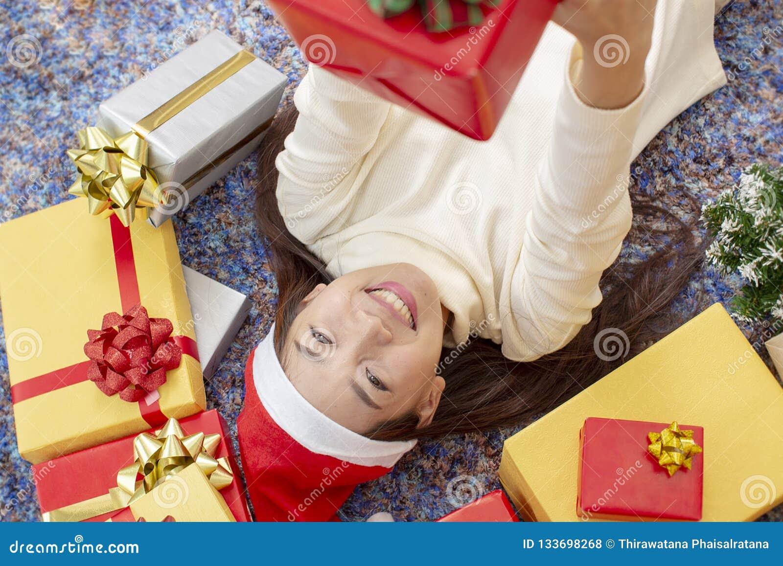 X-mas e conceito do feriado Fêmea feliz com caixa de presente Wom novo