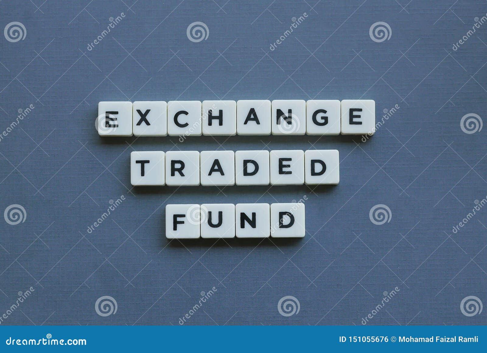 & x27; Uitwisseling Verhandelde Fonds & x27; woord dat van vierkant brievenwoord wordt gemaakt op grijze achtergrond