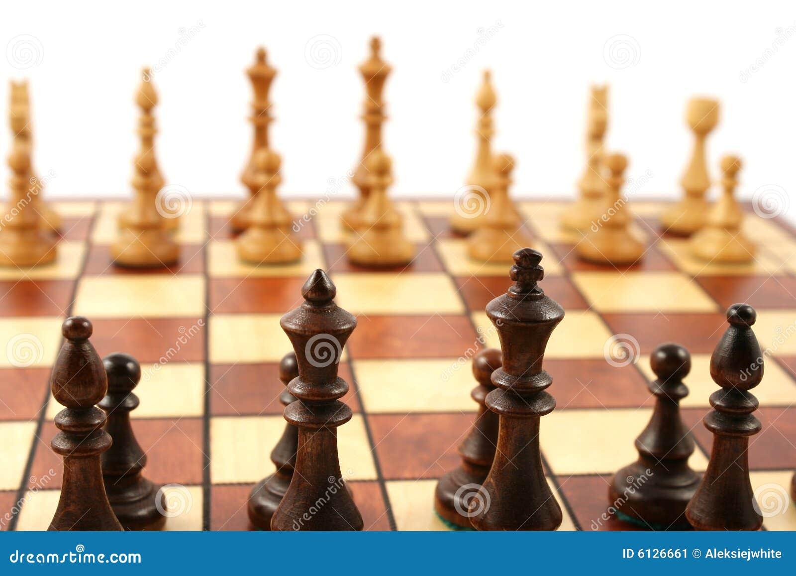 Xadrez de madeira no tabuleiro de xadrez de madeira