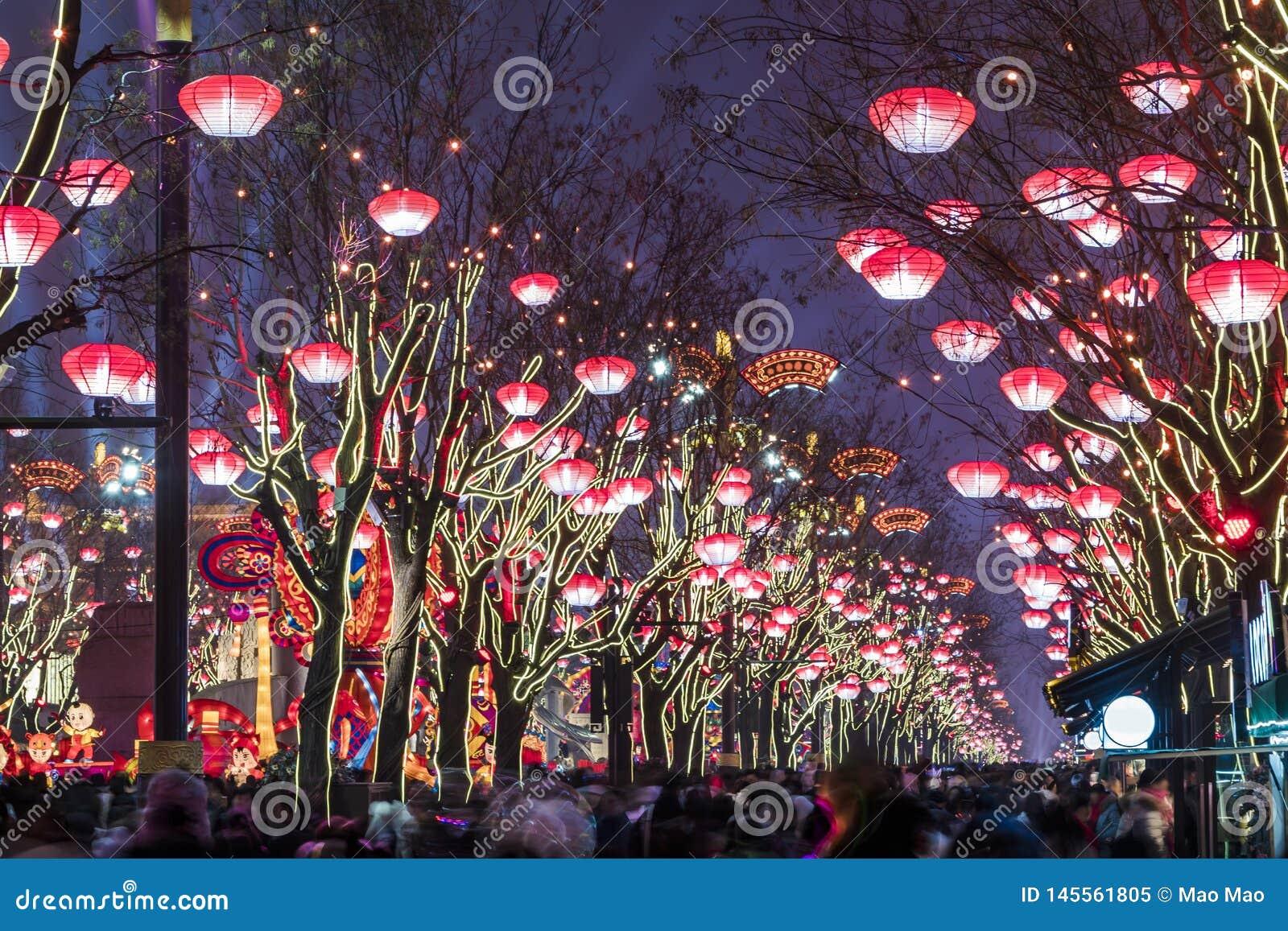 Xi ', China - 13 Februari, 2019 De menigte bij Toneelvlek voor viert Chinees de lentefestival