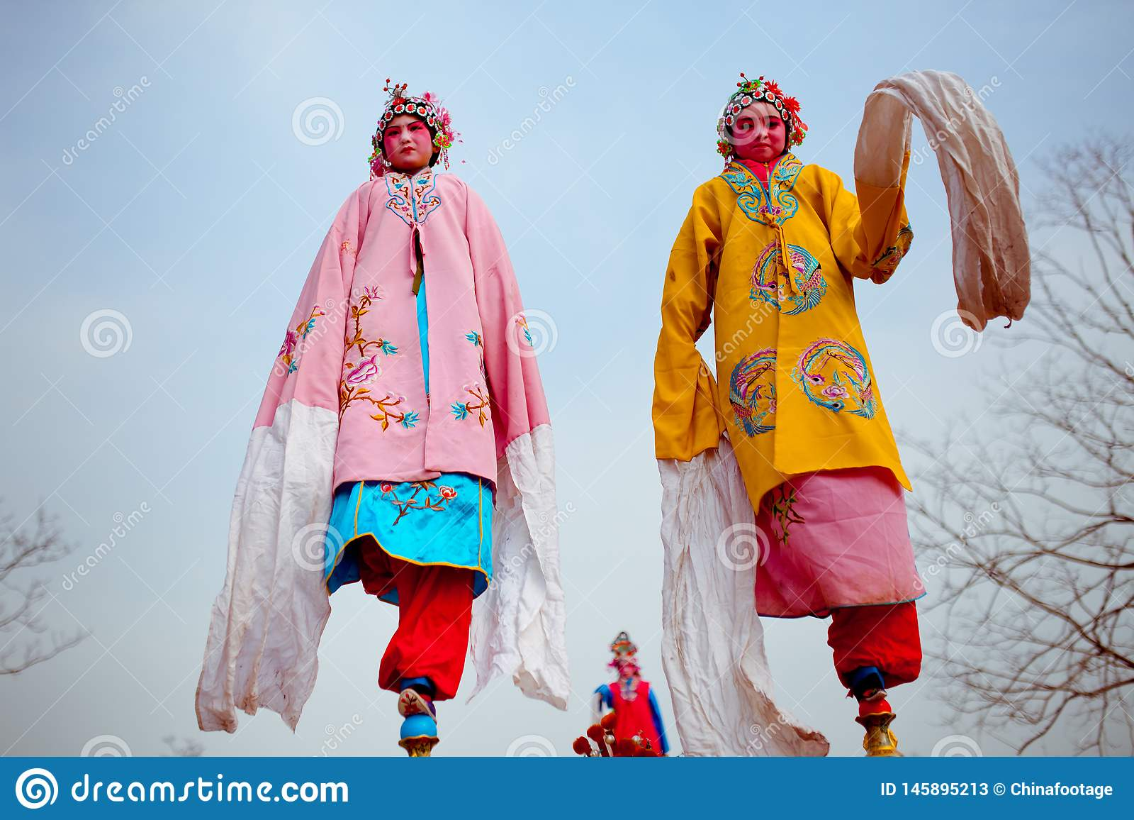 Xi??an, China 13 de fevereiro, artista popular Shehuo de execu??o, Shehuo ? uma heran?a cultural nonmaterial para comemorar o ano