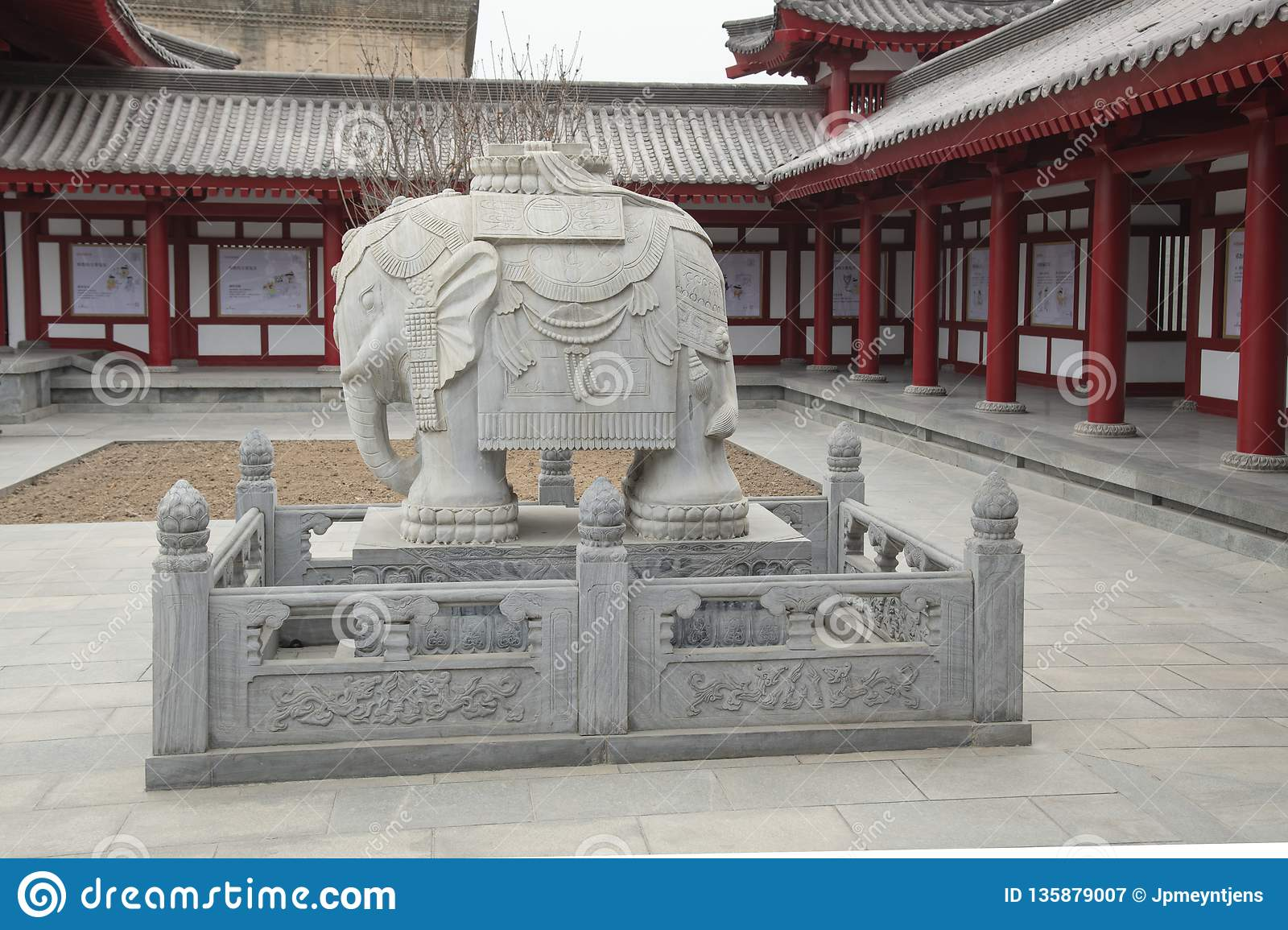 Elephant statue at Goose Pagoda in Xi`an - Imagen