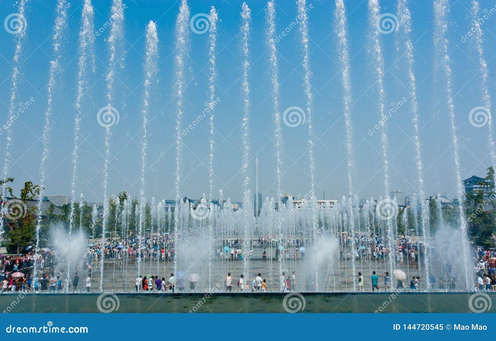Xian, Китай 17,2012 -го август Фонтан Сиань музыкальный с большей дикой предпосылкой пагоды гусыни в XI провинции Шаньси Китае