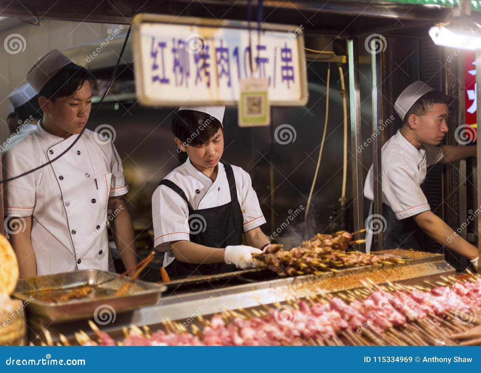 XIAN KINA - APRIL 4 2018: Den Hui muslimen förbereder gatamat i f