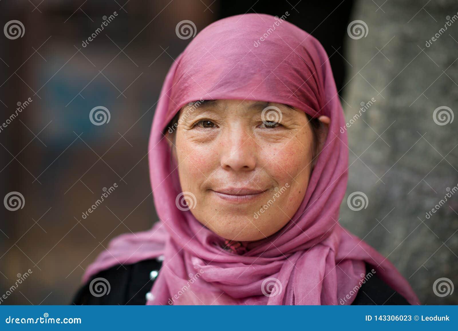Xian, Shaanxi, China - 08 11 2016: Rijpe Moslimhui chinese-hijab en vrouw die dragen glimlachen