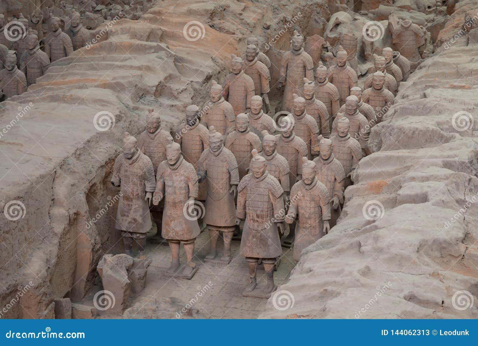 Xian, Shaanxi, China - 08 12 2016: Sommige terracottamilitairen van het Terracottaleger, een deel van het Mausoleum van Eerste Qi