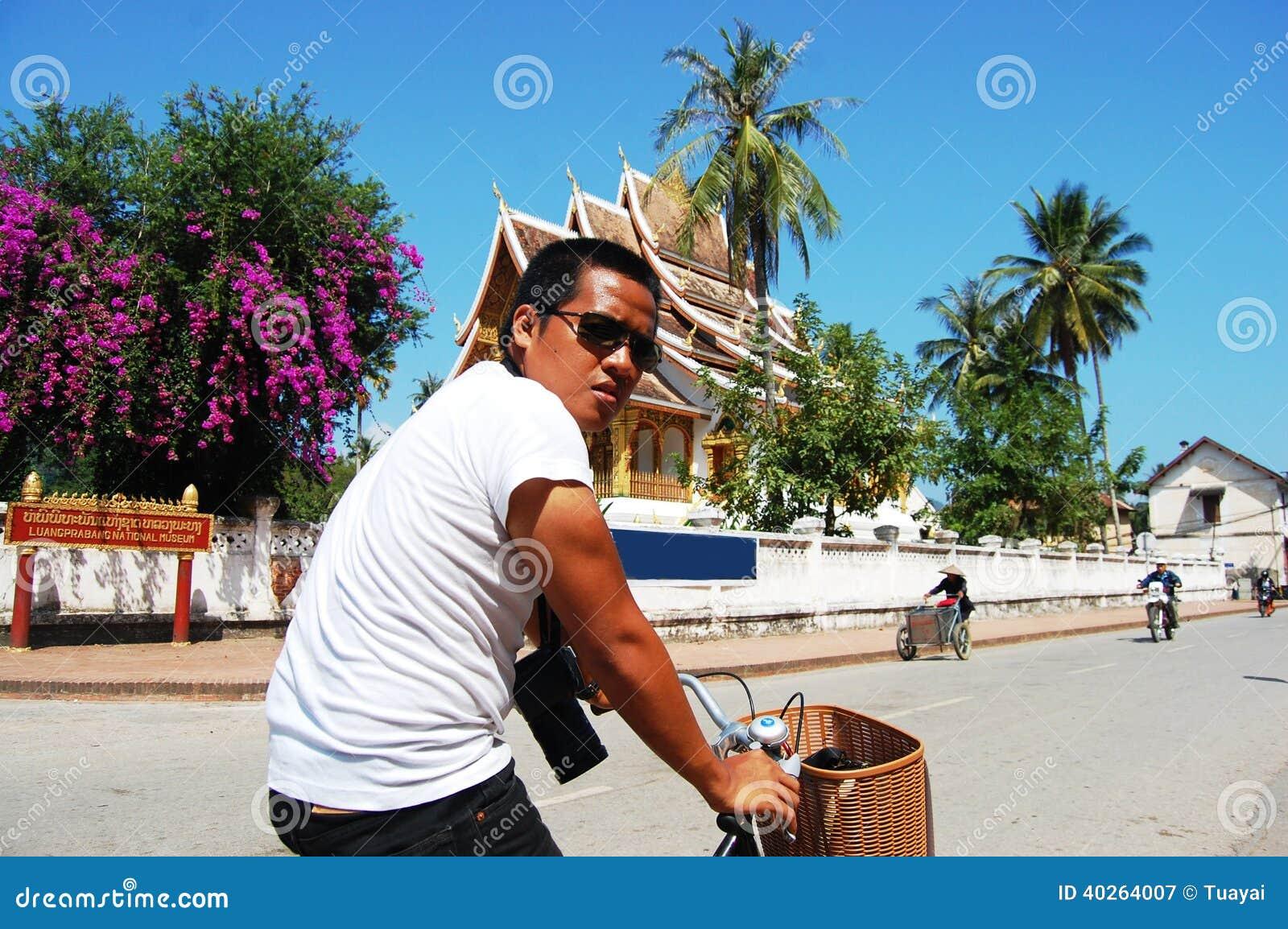 xieng福_xiengthong寺庙的旅客泰国人在琅勃拉邦