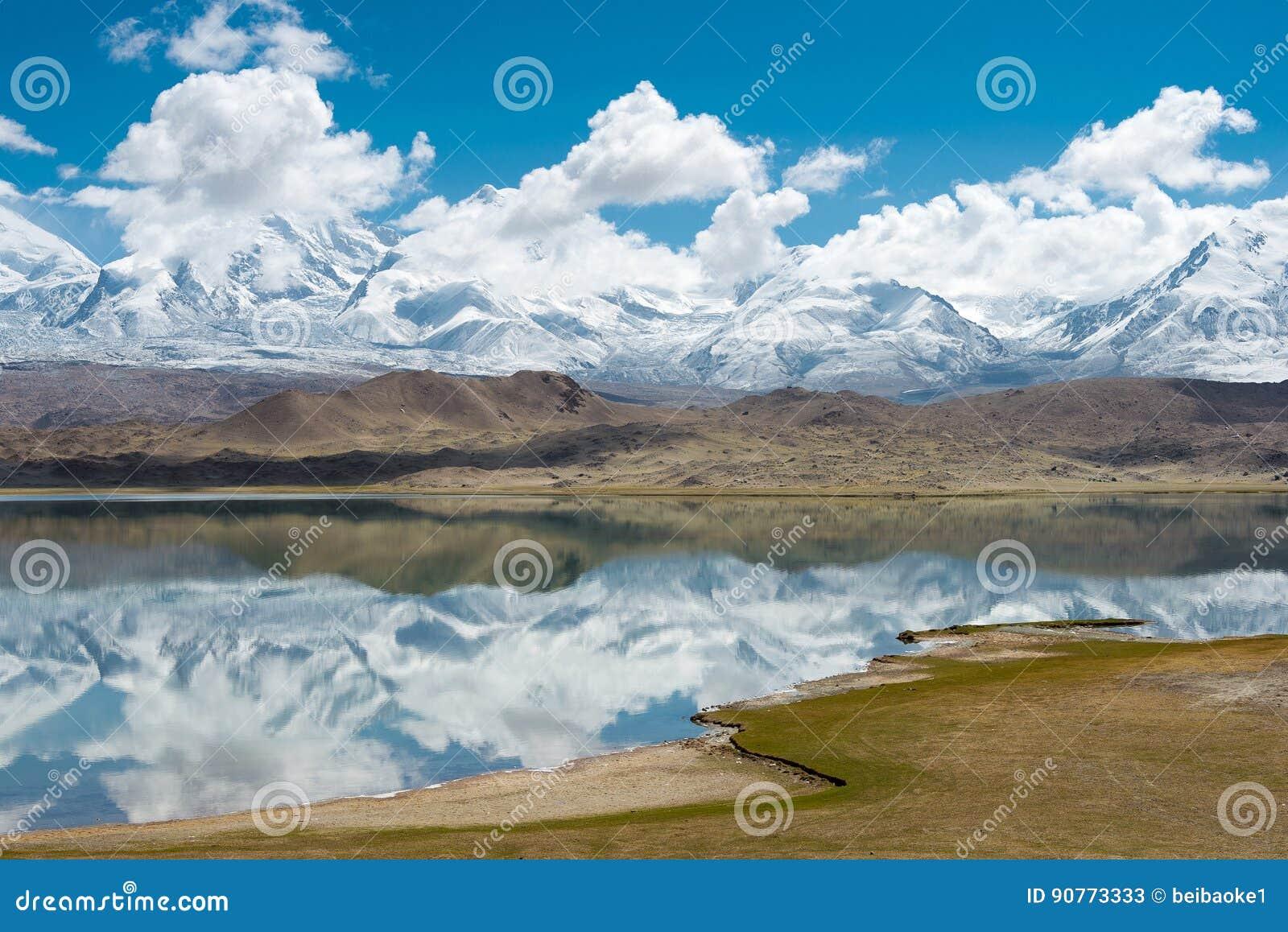 XINJIANG, CHINA - Mei 21 2015: Karakul Meer een beroemd landschap