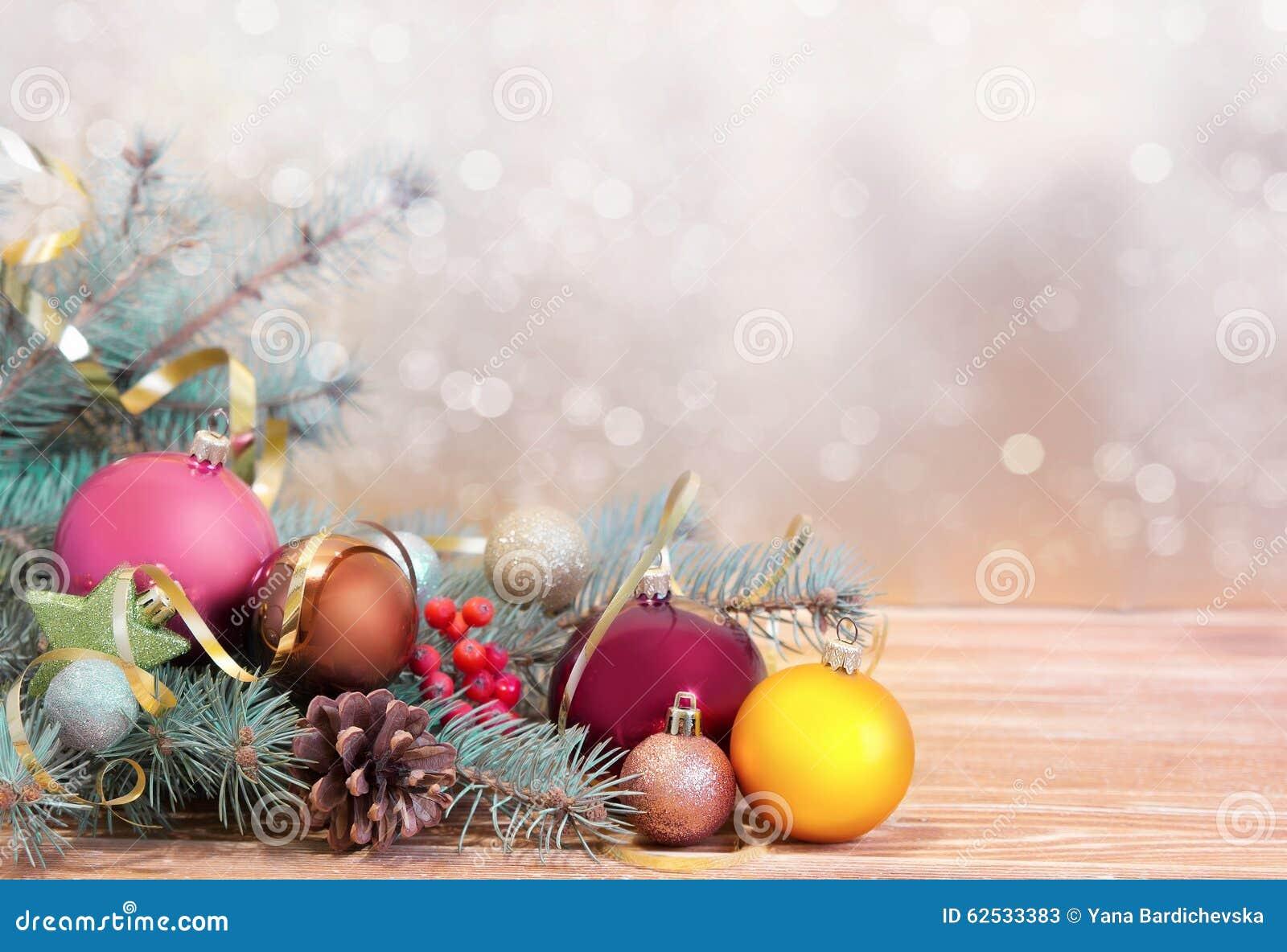 Xmas假日背景 在木头的Fir&球与被弄脏的backdro