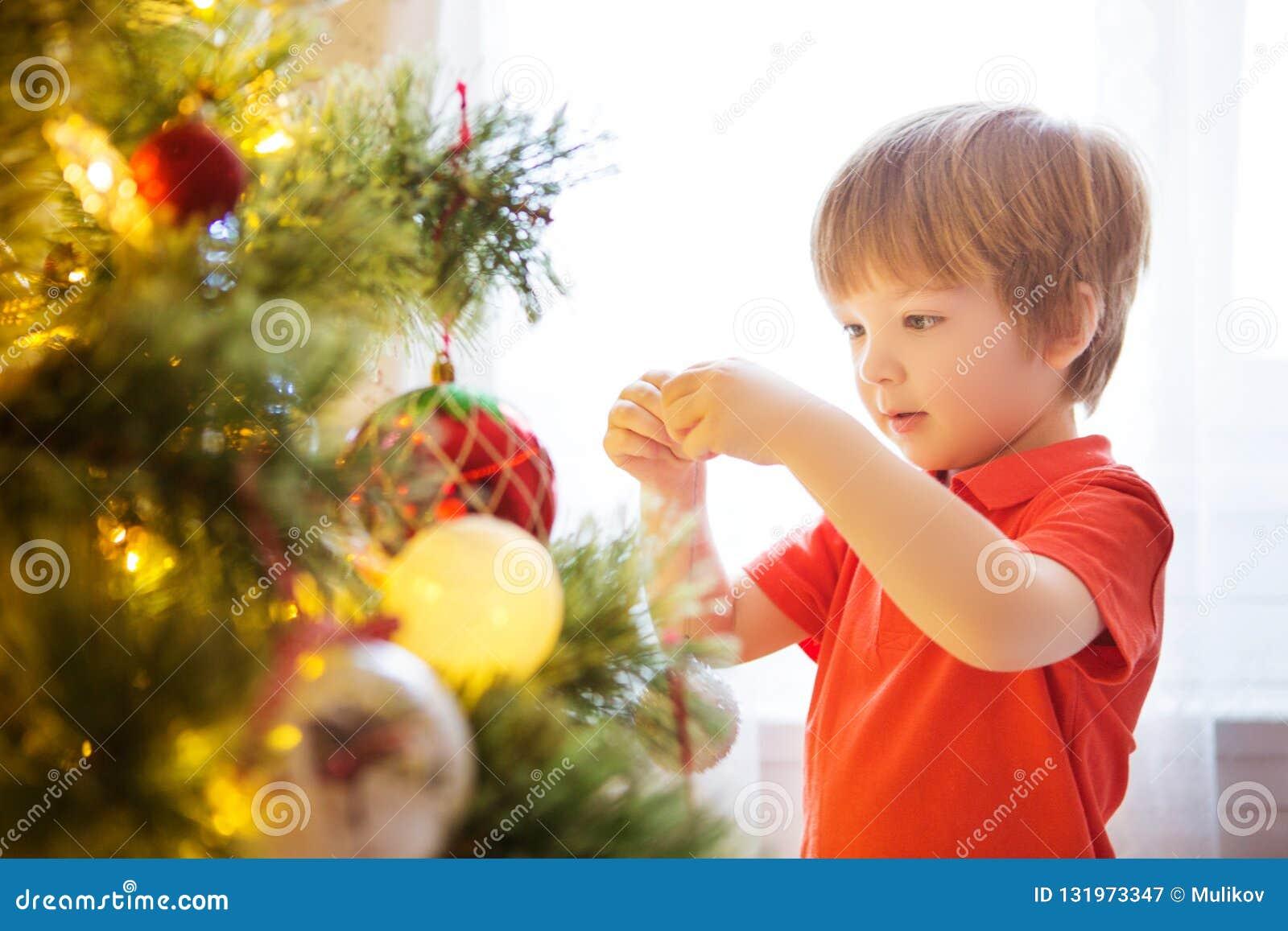 Xmas党庆祝 在家装饰圣诞树的孩子 与孩子的家庭庆祝寒假 新年小男孩在