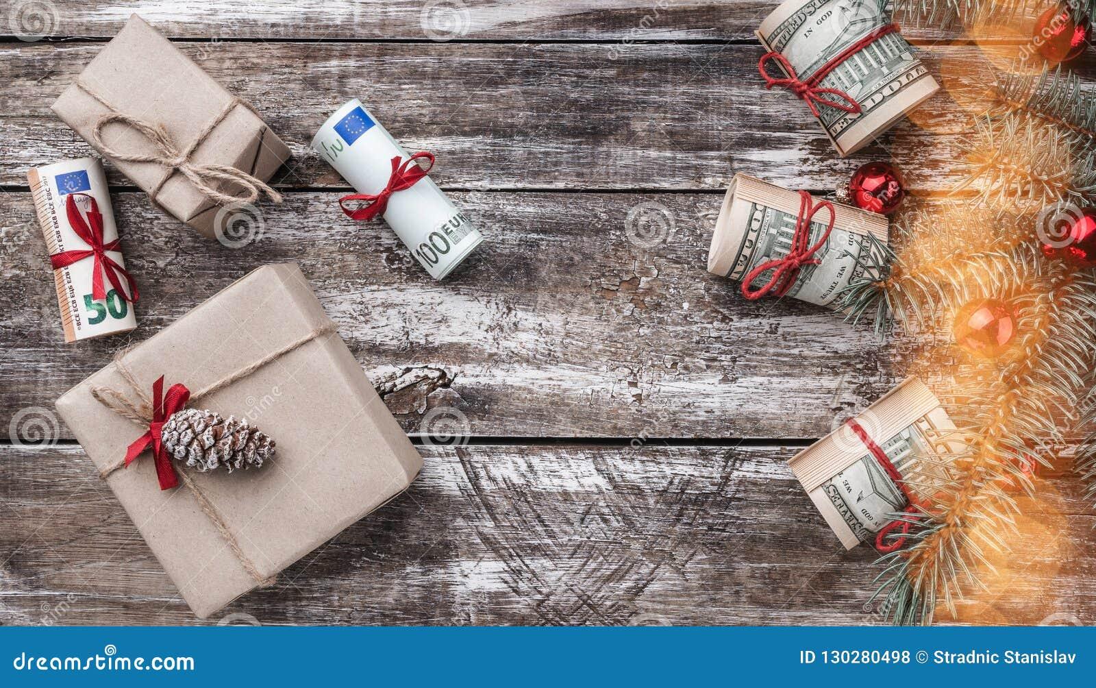 Xmas-bakgrund av gammalt trä Julgran med amerikanska och europeiska pengar gåvaferieitaly rome souvenir Top beskådar EFFEKT AV LJ