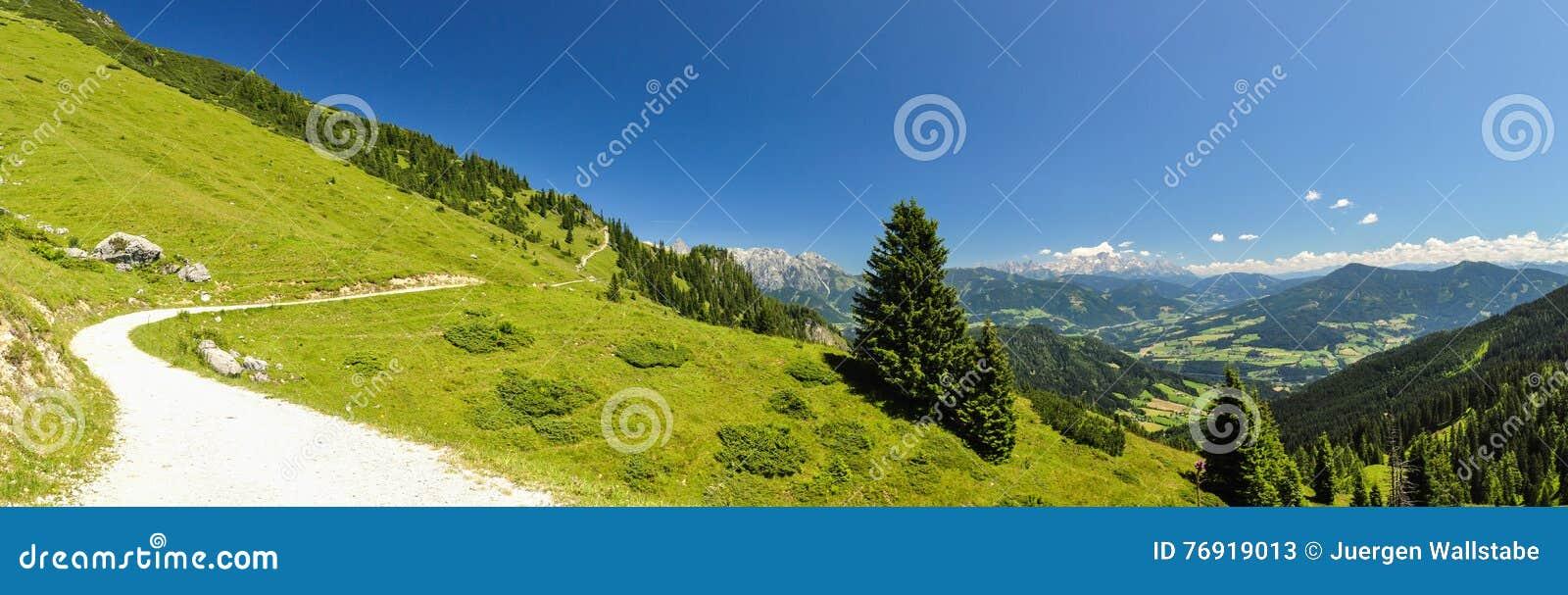 XXL panorama Austria - wycieczkujący ślad przy Hochkoenig górą -