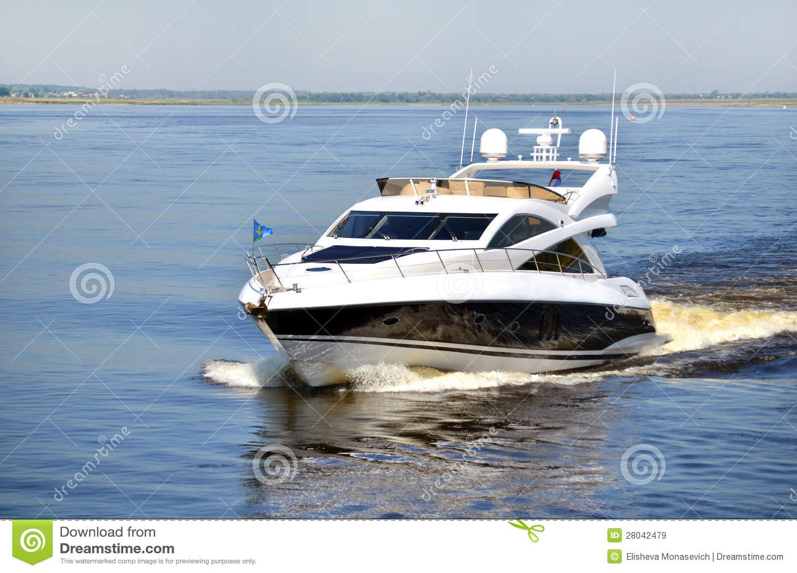 Yacht ad alta velocità sul fiume