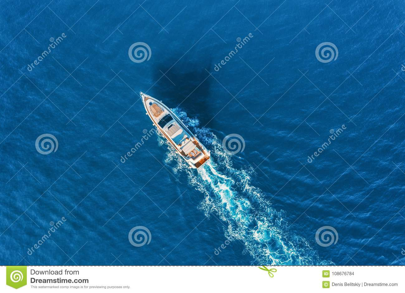 Yacht al mare Vista aerea della nave di galleggiamento di lusso