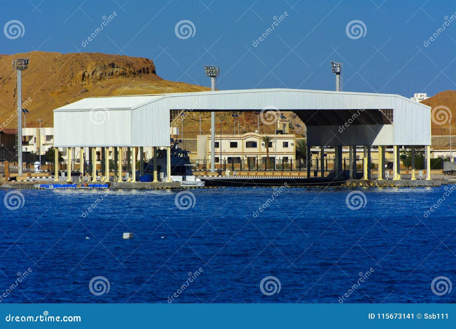 Yacht blanc comme neige luxueux de moteur dans la baie de la Mer Rouge contre le ciel bleu de vieux récifs coraliens