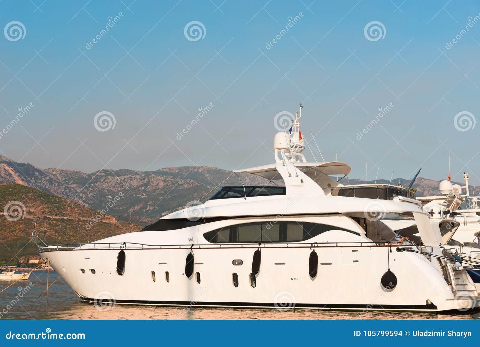 Yacht dans la baie de Kotor