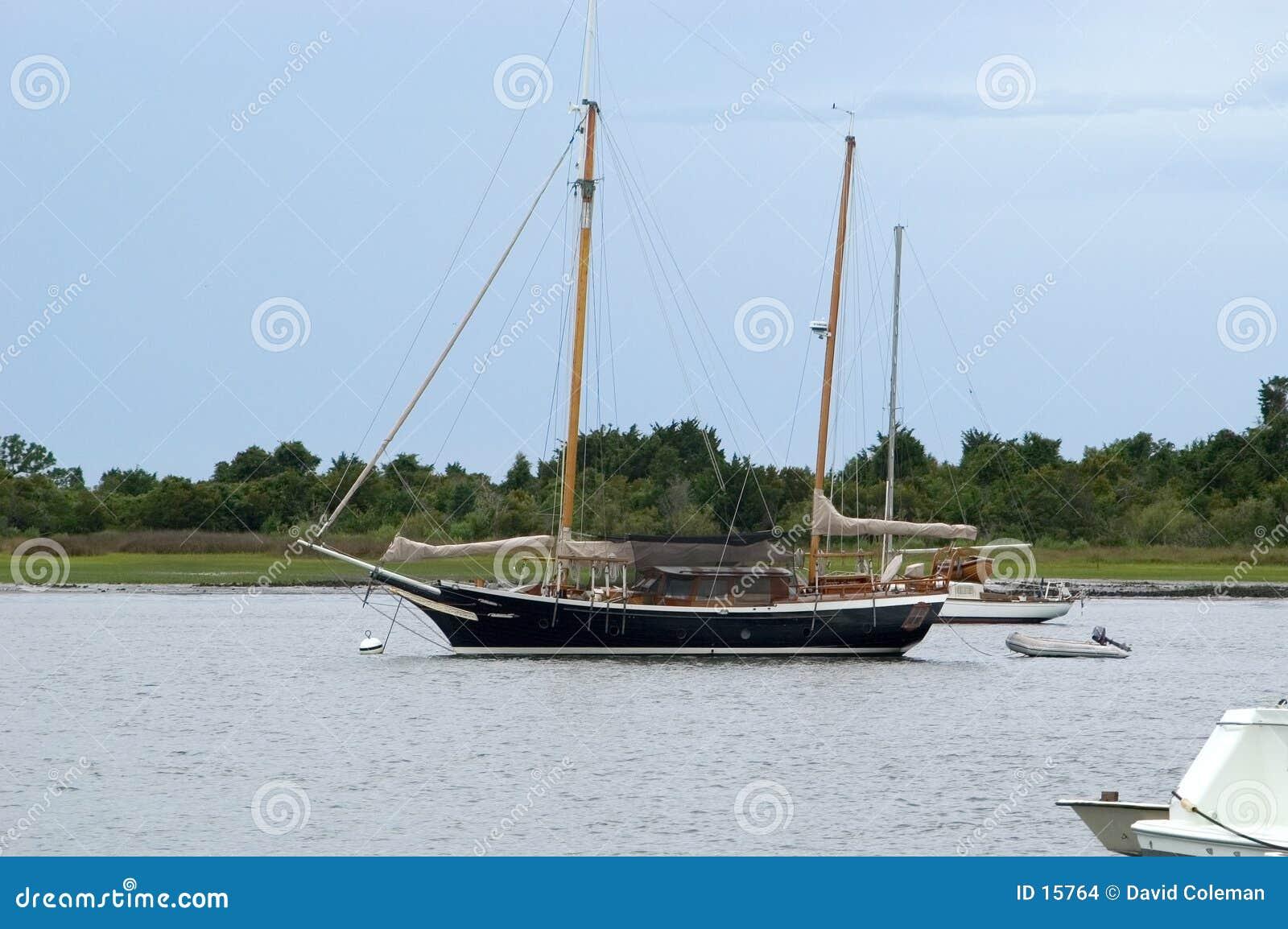 Yacht dans le port