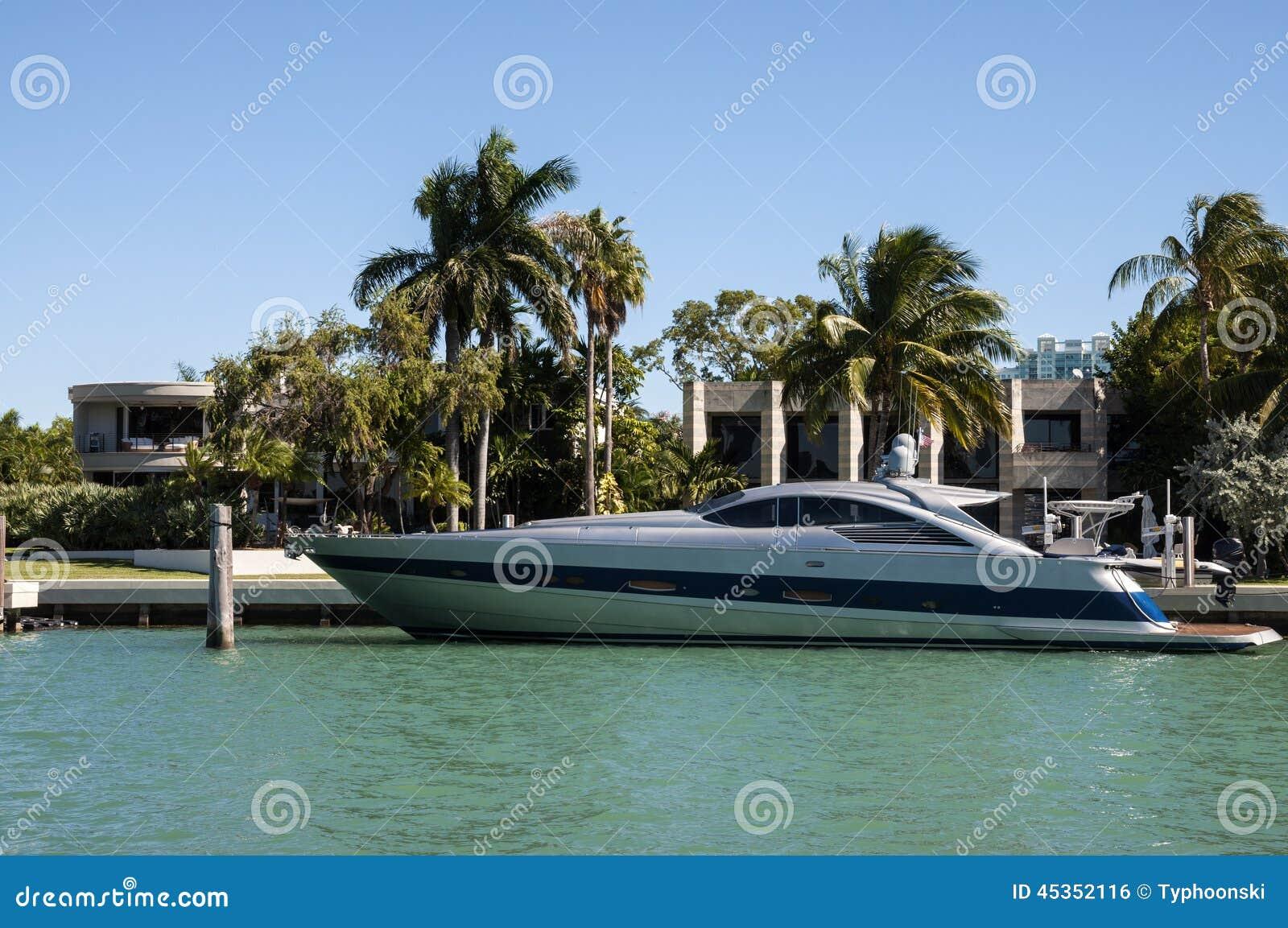 Yacht de luxe de moteur sur l île d étoile à Miami