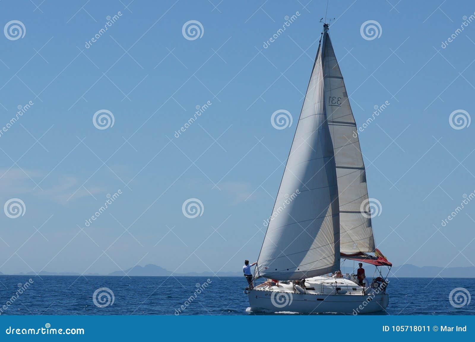 Yacht de navigation en mer ouverte