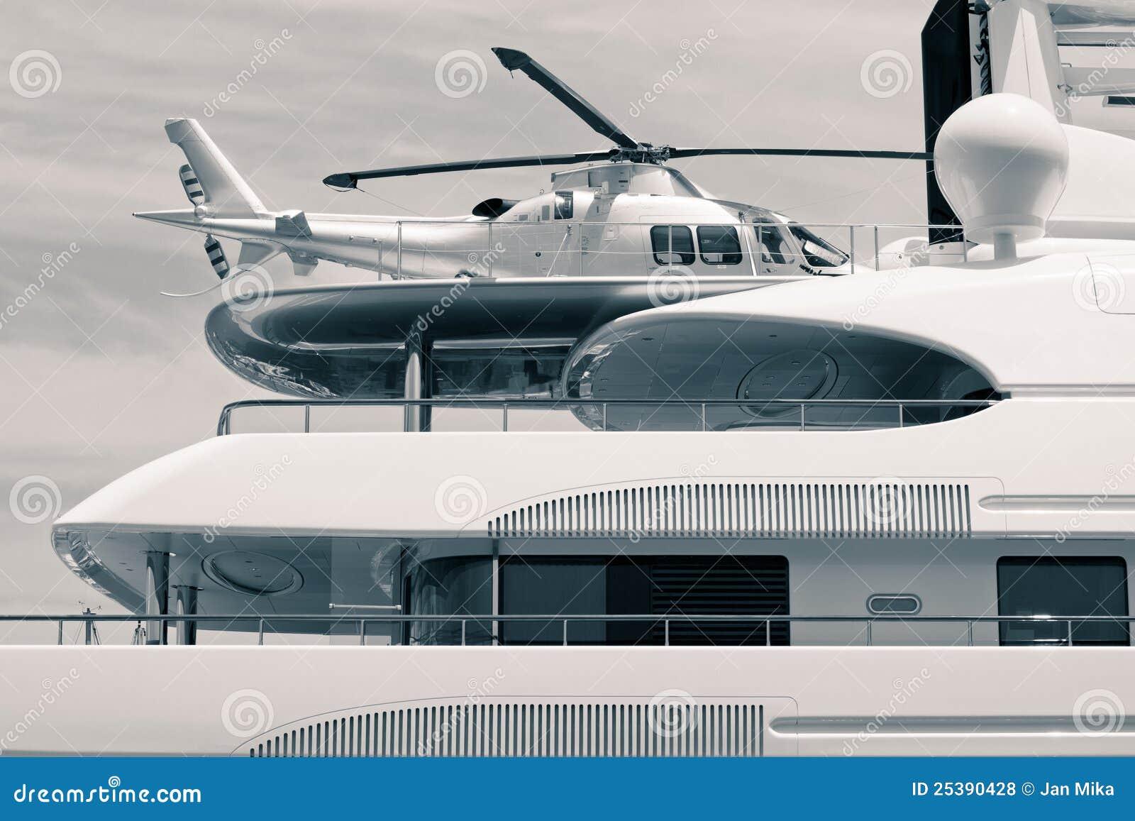 Yacht Con Elicottero Prezzo : Yacht di lusso con l elicottero sul tetto fotografie stock