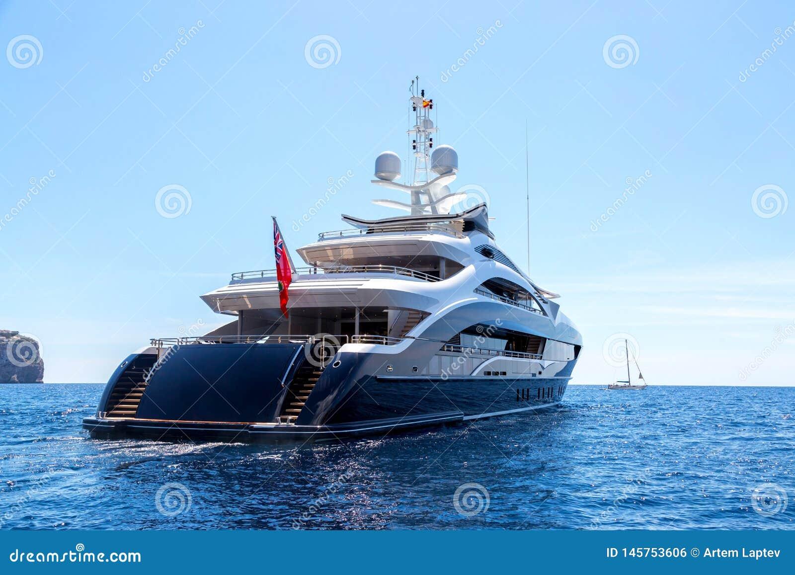 Yacht di lusso del motore, retrovisione, navigante sul mare