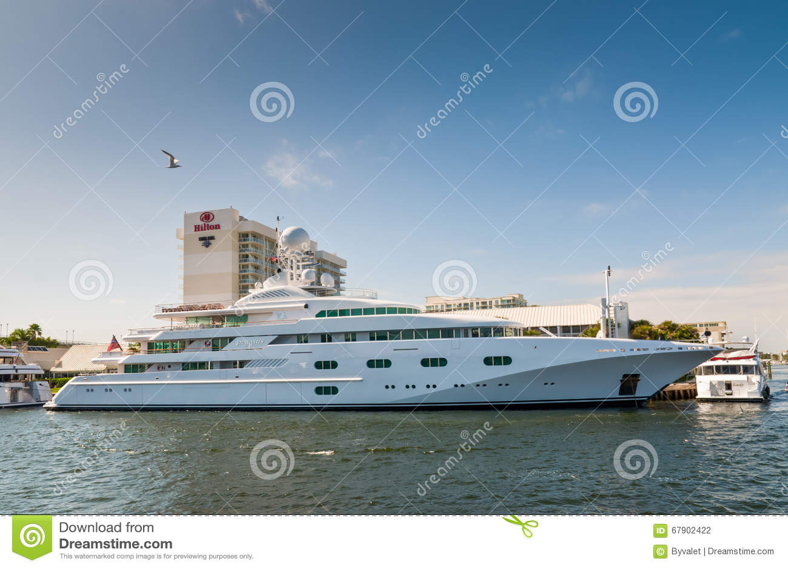 Yacht di lusso pegaso v del motore sul lato di lungomare for Piani di lusso sul lungomare