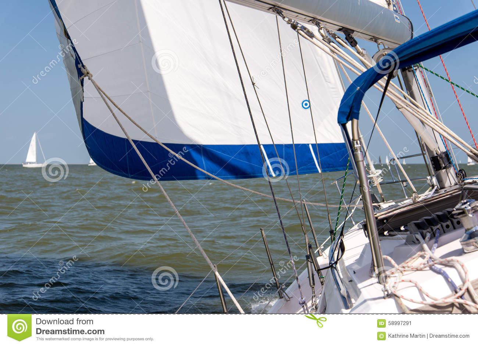 Yacht di navigazione nell oceano aperto