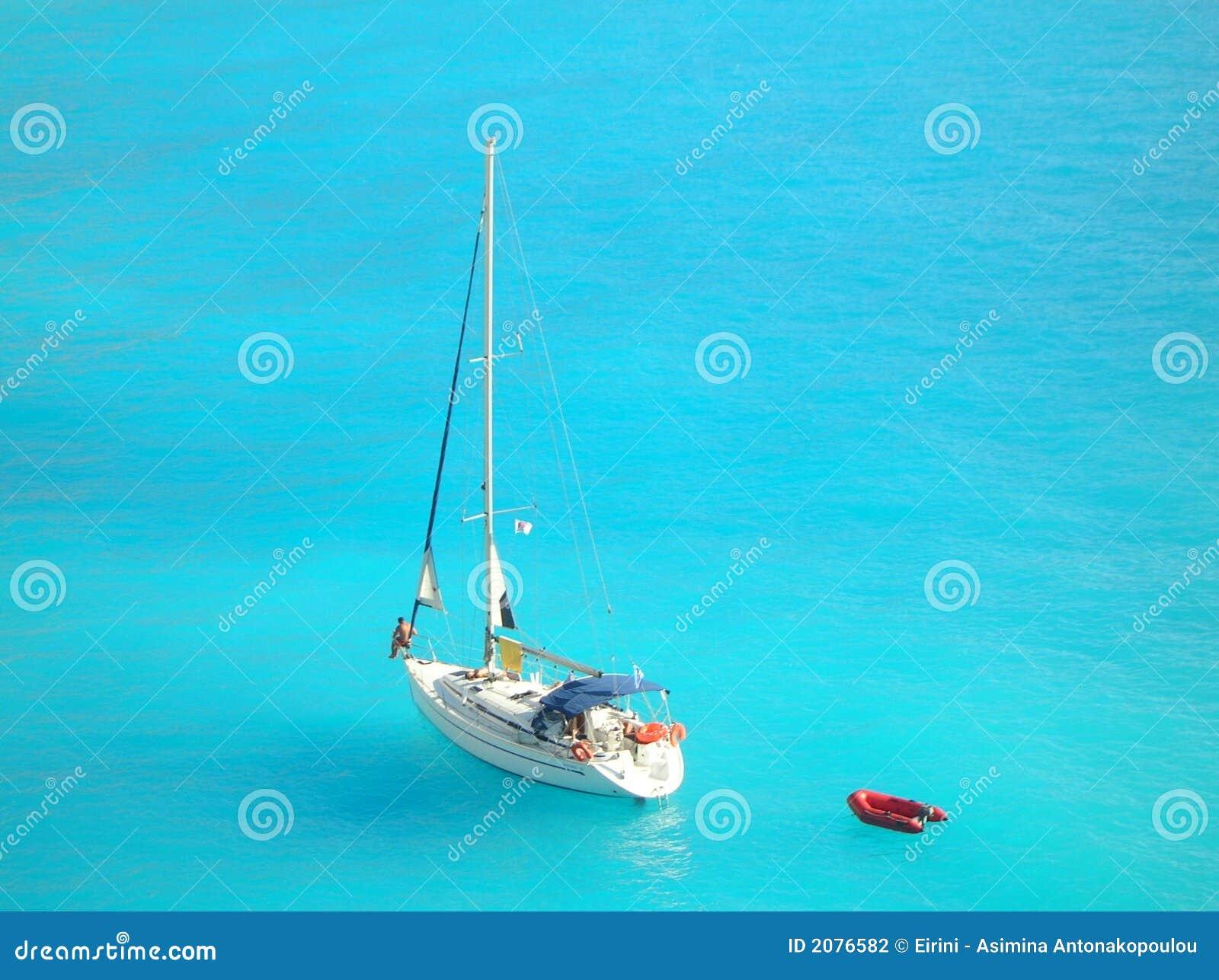 Yacht en mer ionienne bleu-clair