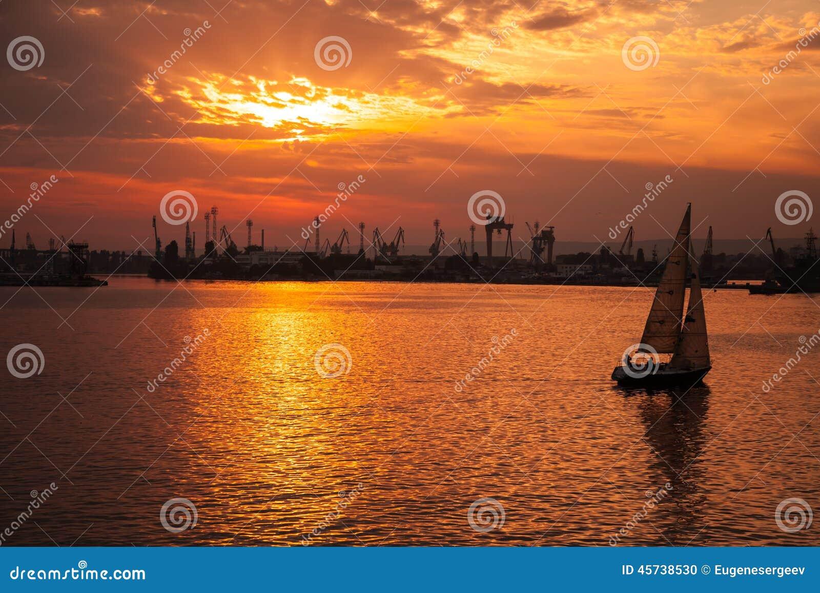 Yacht geht in Varna-Hafen bei dem Sonnenuntergang