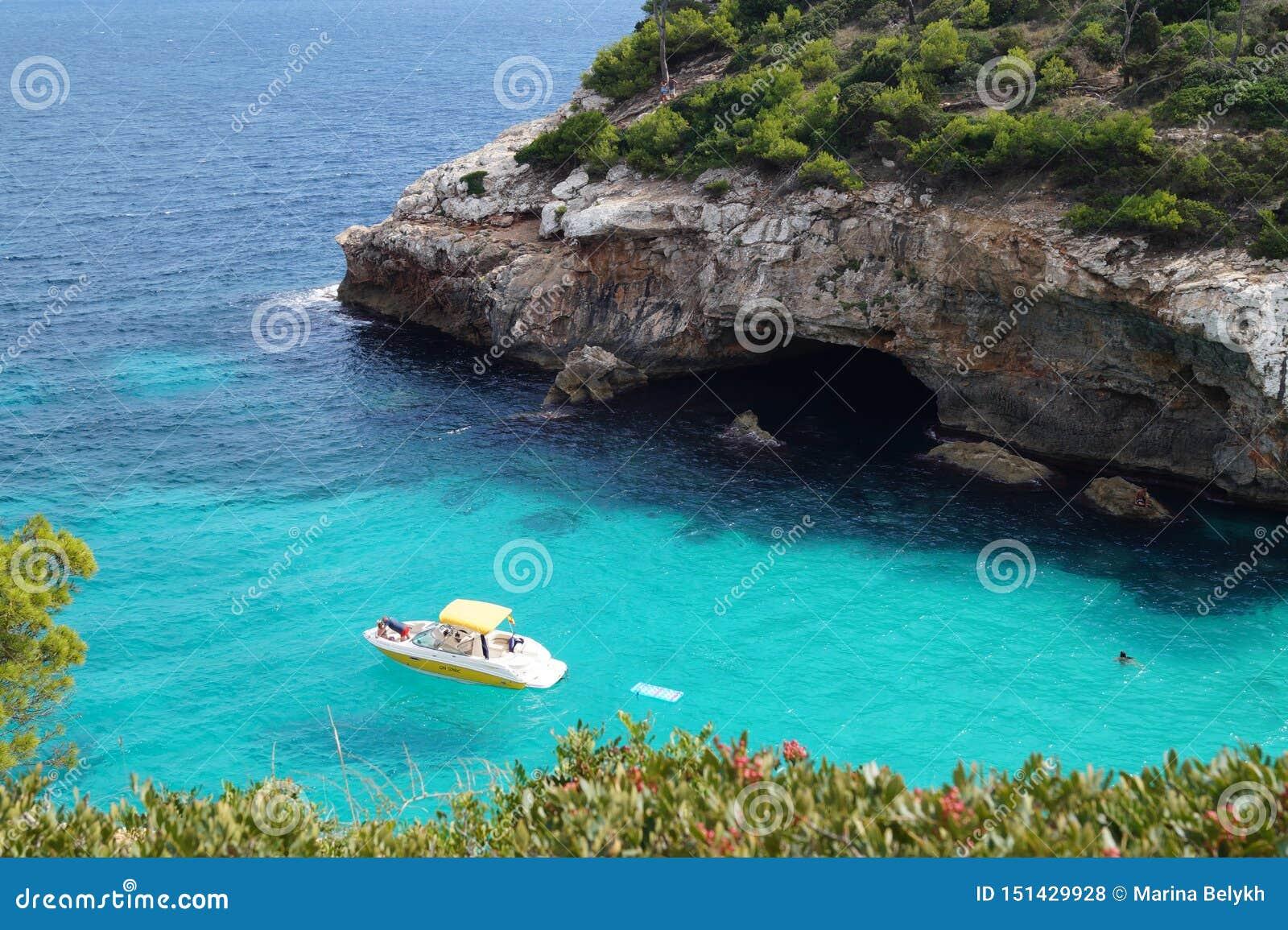Yacht im klaren Wasser der Bucht meerblick Strand in Majorca