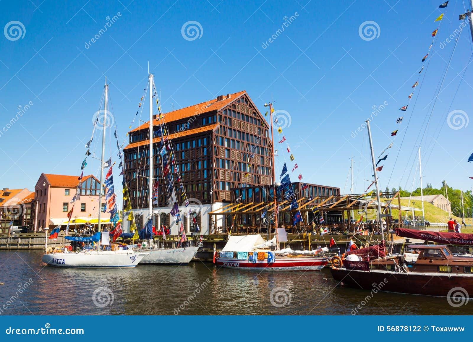 Yacht nel vecchio porto del castello di Klaipeda