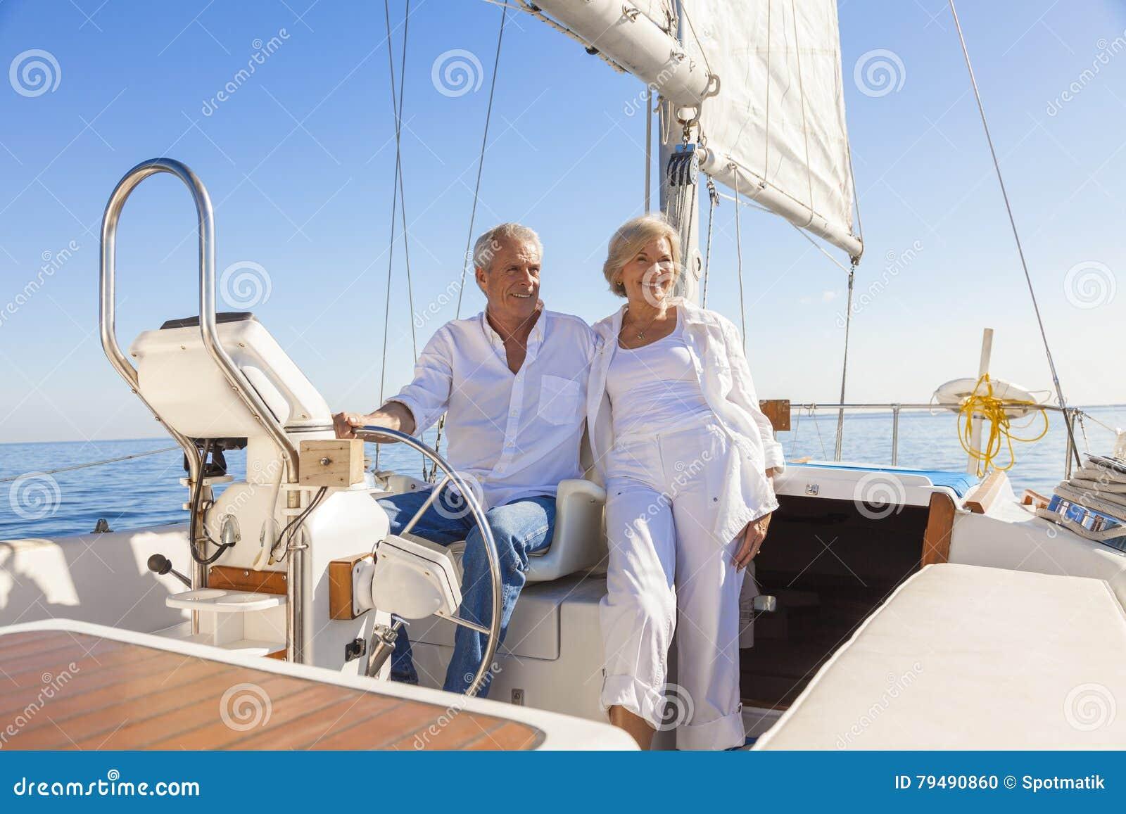 Yacht o barca a vela senior felice di navigazione delle coppie